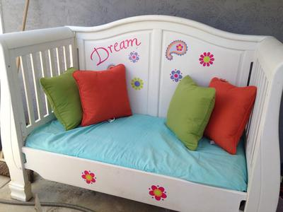 xrepurpose-your-used-cribs-into-a-reading-nook-21807833.jpg.pagespeed.ic.M7s1sND-Aw